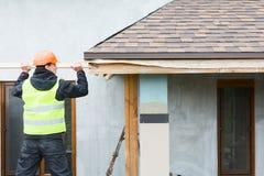 盖屋顶的人建造者工作者 免版税库存图片