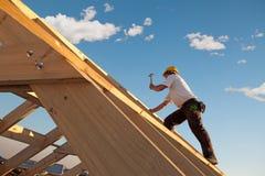 盖屋顶的人 免版税库存图片