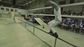 盖帽乘驾的四轮溜冰者在篱芭,做特技 上涨 极其业余爱好 在skatepark的竞争 影视素材