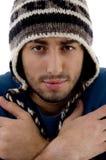 盖帽冷人发抖的佩带的冬天 库存照片