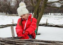 盖帽和夹克的逗人喜爱的小女孩微笑 免版税库存照片