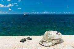 盖帽和玻璃在海的背景 库存图片