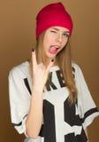 盖帽和T恤杉的女孩少年 免版税图库摄影