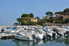 盖帽安地比斯和小船小游艇船坞,普罗旺斯法国的反射 免版税库存照片