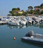 盖帽安地比斯和小船小游艇船坞,普罗旺斯法国的反射 库存图片
