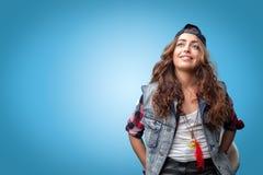 盖帽微笑的美丽的时髦时髦的行家女孩 图库摄影