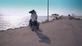 盖帽推力和转弯夫人的人反对海洋的堤防的 股票录像