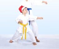 盖帽的圣诞老人孩子打拳打胳膊 库存图片
