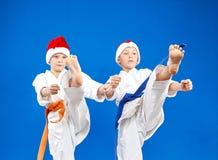 盖帽的圣诞老人孩子训练反撞力腿 图库摄影