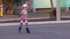 盖帽的小女孩在沥青的溜冰鞋 股票视频