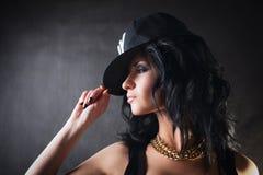 盖帽的性感的浅黑肤色的男人。赃物女孩。时尚 库存图片