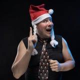 盖帽的情感喜剧演员人有辫子的姿势示意,预期圣诞节和新年 免版税库存照片