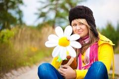 盖帽的滑稽的女孩有耳朵挡水板和花的 免版税图库摄影