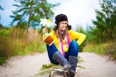 盖帽的滑稽的女孩有耳朵挡水板和花的 免版税库存图片