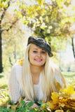 盖帽的美丽的金发碧眼的女人 免版税库存照片