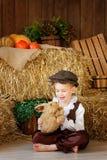 盖帽的逗人喜爱的矮小的欧洲男孩有蓝眼睛的 免版税库存照片