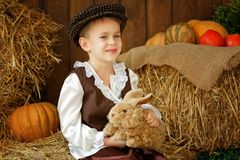盖帽的逗人喜爱的矮小的欧洲男孩有蓝眼睛的 库存照片