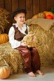 盖帽的逗人喜爱的矮小的欧洲男孩有蓝眼睛的 免版税图库摄影