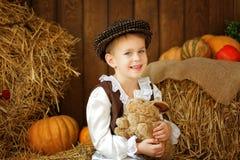 盖帽的逗人喜爱的矮小的欧洲男孩有蓝眼睛的 库存图片