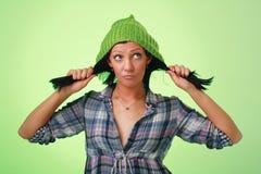 盖帽羊毛女孩的绿色 库存照片