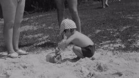 盖帽被投入的沙子的小男孩到由儿童瓢的罐头里在夏天野餐 二名妇女 自然 晒裂 股票视频