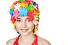 盖帽逗人喜爱的女孩一点游泳 免版税库存图片
