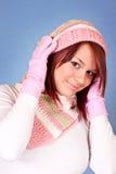 盖帽逗人喜爱的女孩围巾 免版税库存照片
