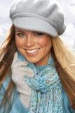 盖帽针织品工作室佩带的妇女年轻人 库存照片