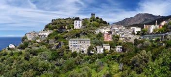 盖帽Corse半岛的Nonza村庄 库存照片