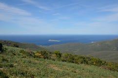 盖帽Corse沿海小山  免版税库存照片