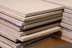 盖瓦,瓦片饰物,测量和切开 地板的修理 免版税库存照片