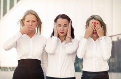 盖眼睛、嘴和耳朵的沮丧的女商人 库存图片