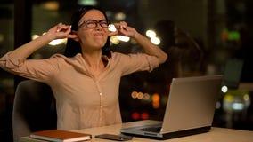 盖耳朵的妇女,被激怒用噪声在办公室,精神崩溃在工作 免版税库存图片