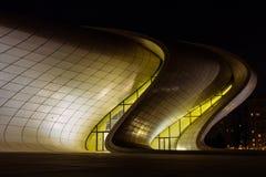 盖达尔・阿利耶夫中心在巴库在晚上,阿塞拜疆 免版税图库摄影