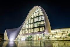 盖达尔・阿利耶夫中心在晚上,巴库 库存图片