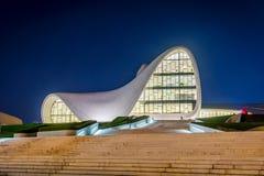 盖达尔・阿利耶夫中心在晚上,巴库 免版税库存照片