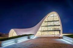 盖达尔・阿利耶夫中心在晚上,巴库 免版税库存图片
