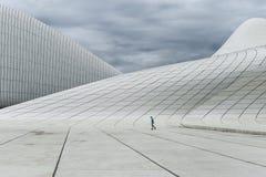 盖达尔・阿利耶夫中心在巴库,多云天气 免版税库存图片