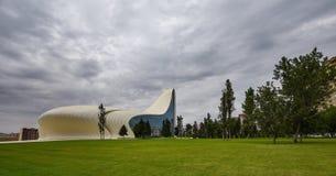 盖达尔・阿利耶夫中心在巴库,多云天 库存照片