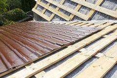 盖金属瓦片的屋顶 免版税库存图片