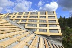 盖金属瓦片的屋顶 免版税库存照片