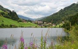 盖洛斯村庄scape在有小湖的Zillertal 库存照片