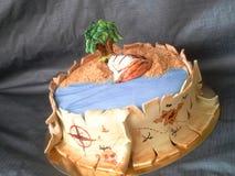 盗版与船、棕榈、金财宝沙子和地图的蛋糕方旦糖  库存照片
