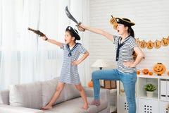 盗版服装女孩和她的母亲戏剧比赛 库存图片
