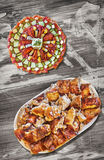 满盘与唾液烤猪肉肉集合的受欢迎的美味开胃菜盘老被风化的庭院表表面上 免版税库存照片
