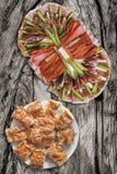 满盘与塞尔维亚传统Gibanica的开胃菜美味盘弄皱了在老破裂的木野餐桌上设置的乳酪饼 库存图片