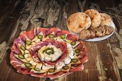 满盘与缺一不可的长方形宝石切片和皮塔在老破裂的木表上设置的面包大面包的开胃菜美味盘Meze 库存照片
