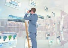 盘区有网站(蓝色)城市背景和人一架梯子的与双筒望远镜 库存照片