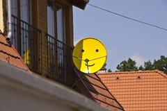 盘卫星面带笑容电视 免版税库存照片