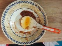 盘和匙子的残余食物 图库摄影